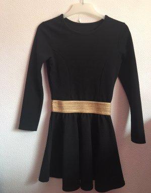 Schwarzes Kleid mit goldenem Gürtel