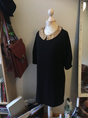 Schwarzes Kleid mit goldenem Paiettenkragen