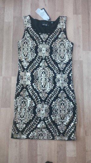 schwarzes Kleid mit goldenem Schmuck statt 60€ neu