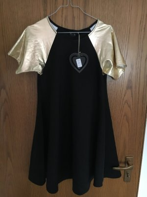 Schwarzes Kleid mit goldenen Ärmeln