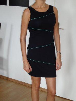 schwarzes Kleid mit grünen Streifen