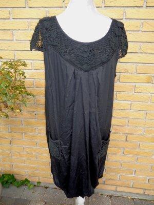Schwarzes Kleid mit Häkeleinsätzen, Ballonform