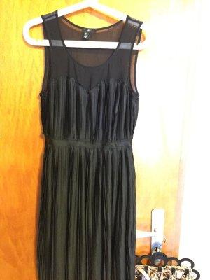 schwarzes Kleid mit herzförmigen transparenten Ausschnitt