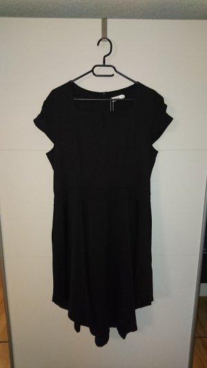 Schwarzes Kleid mit kleinem V-Auschnitt