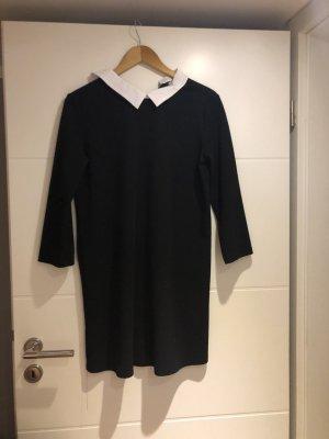 Schwarzes Kleid mit Kragen