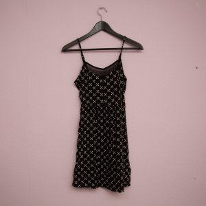 Schwarzes Kleid mit Kreuz-Muster