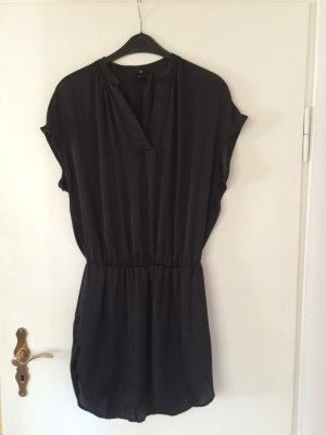 Schwarzes Kleid mit kurzen Ärmeln