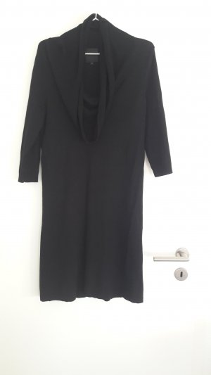 Schwarzes Kleid mit langem Kragen