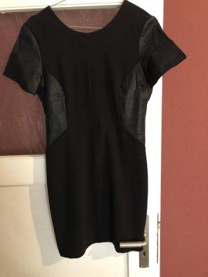 Schwarzes Kleid mit Ledereinsatz Zara