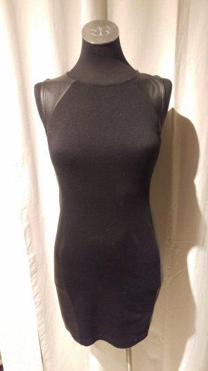 Schwarzes Kleid mit Lederimitaten