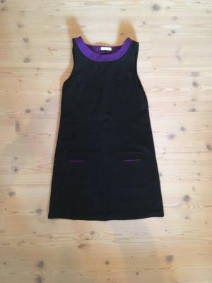 Schwarzes Kleid mit lila Abtrennung