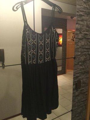 Schwarzes Kleid mit Muster