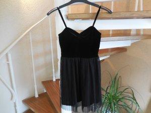 Schwarzes Kleid mit Oberteil aus Samt und Rock aus Plissee mit Reißverschluss