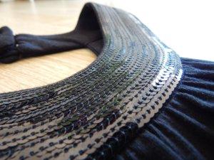 Schwarzes Kleid mit Pailletenkragen von Hooch