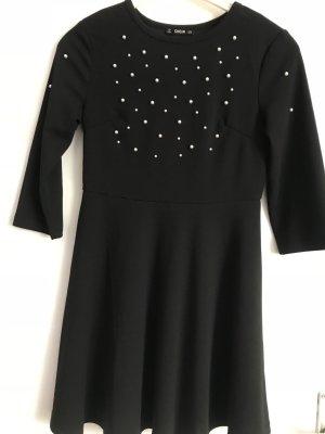 Schwarzes Kleid mit Perlen
