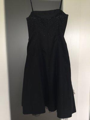 Schwarzes Kleid mit Perlen und Tüll