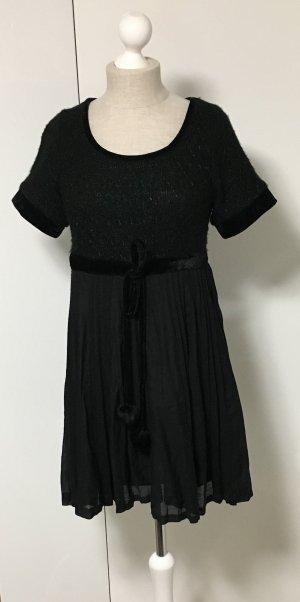 Schwarzes Kleid mit Plissee