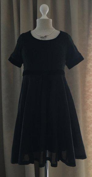 Schwarzes Kleid mit Plissee Falten