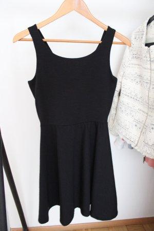 Schwarzes Kleid mit raffiniertem Rücken