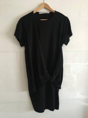 Schwarzes Kleid mit raffinierter Wickelung