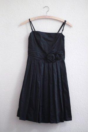 schwarzes Kleid mit Rosen-Verzierung