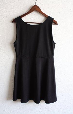 Schwarzes Kleid mit Rückenausschnitt M/L