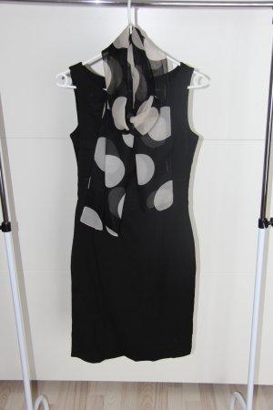 Schwarzes Kleid mit Schal