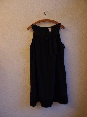 Schwarzes Kleid mit Schleife
