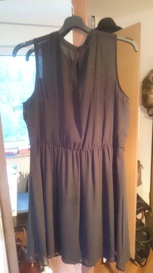 Schwarzes Kleid mit Schmucksteinverzierung