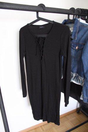 schwarzes Kleid mit Schnüren am Ausschnitt
