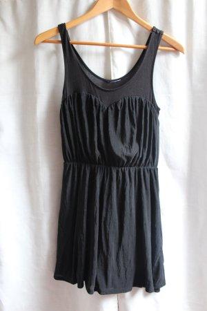 Schwarzes Kleid mit schönem Ausschnitt