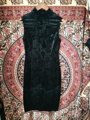 Schwarzes Kleid mit schönem Muster