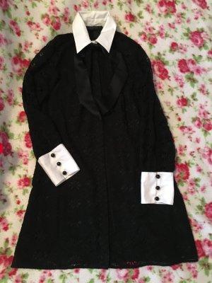 Schwarzes Kleid mit schönen Kragen