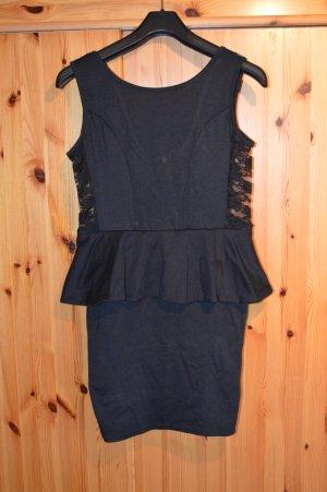 schwarzes Kleid mit Schößchen von Qed London und Spitzeneinsätzen an den Seiten