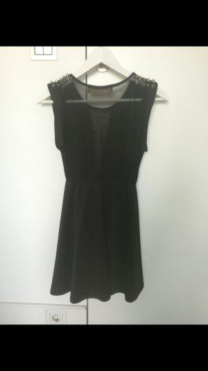 Schwarzes Kleid mit silbernen Nieten