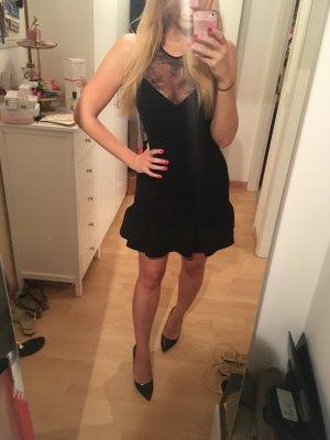 Schwarzes Kleid mit Spitze und Volants 2