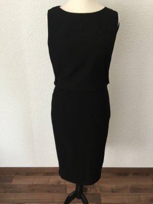 Schwarzes Kleid mit spitzenunterkleid