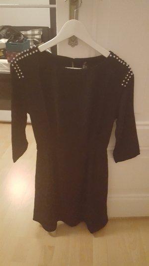 Schwarzes Kleid mit Steinchen an den Schultern
