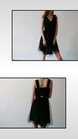 schwarzes Kleid mit Stickerei und tüll