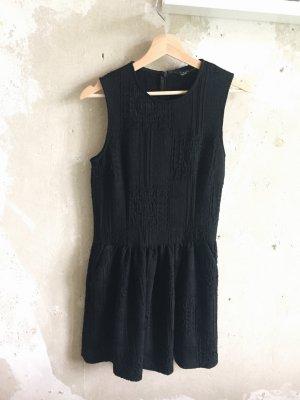Schwarzes Kleid mit Stickereien von Zara