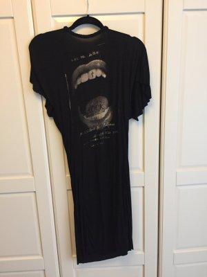 Schwarzes Kleid mit tiefem Rücken
