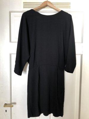 Schwarzes Kleid mit tiefem Rückenausschnitt