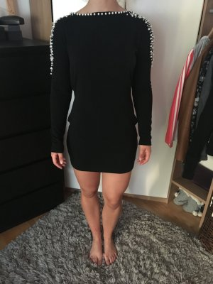 Schwarzes Kleid mit tiefen Rückenausschnitt