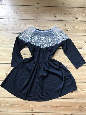 Schwarzes Kleid mit transparenter Spitze am Kragen