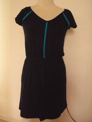 Schwarzes Kleid mit türkisfarbenen Streifen