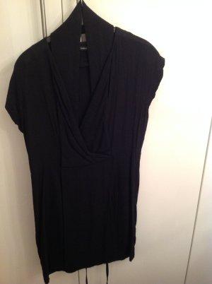 Schwarzes Kleid mit V-Ausschnitt