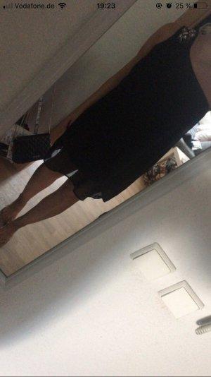 Schwarzes Kleid mit Verzierung