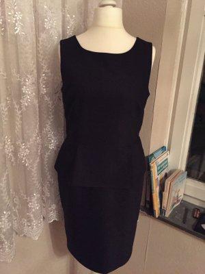 Schwarzes Kleid mit Volant