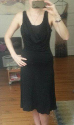 Schwarzes Kleid mit Wasserfallausschnitt