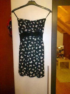 Schwarzes Kleid mit weisen Schmetterlingen und Schleife